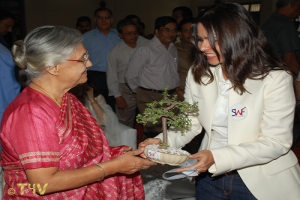 Suruchi Duggal presenting a Bonzai plant to Smt. Shiela Dixit former Hon. Chief Minister, Delhi on behalf of SWF