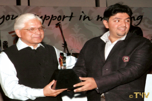Mr. Sunil Nihal Duggal receiving the award from Dr. Ashwini Kumar (former Minister of State for Industrial Policy and Promotion), for Outstanding Contribution and Dedicated efforts towards securing Select City Walk 2008.